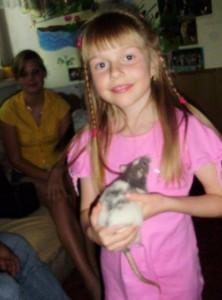 Adélka, 8 let, milovnice zvířat, která se pomalu učí, jak se zvířátky šetrně zacházet, v ruce drží holčičku Dalmácii van Rattenburg alias Pyťu.